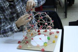 Un niño realiza uno de lo juegos de la finlandesa Arkki en un curso de arquitectura para los más pequeños.